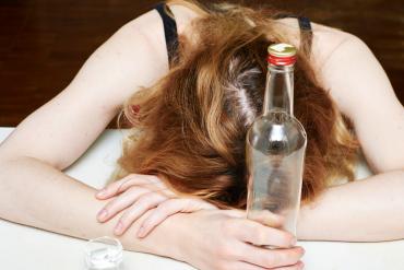 Uzależnienie od alkoholu a ciąża – jak alkoholizm wpływa na rozwój dziecka?