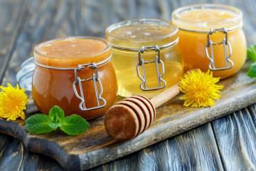 Dlaczego warto spożywać miód i jakie są jego rodzaje?