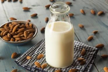 Wszystko, co musisz wiedzieć o mleku migdałowym
