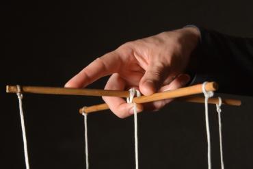 Poznaj techniki manipulacji, aby samemu móc się przed nią chronić