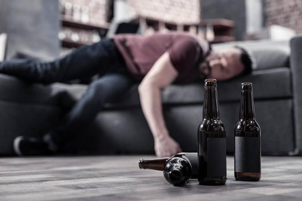Delirium alkoholowe – co to jest i jak przebiega leczenie?