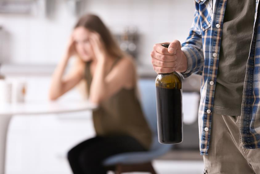 Żona alkoholika – jak powinna postępować i gdzie szukać pomocy?