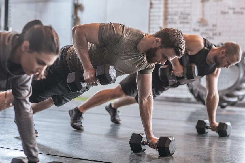 Crossfit – czym jest i czy każdy może go trenować?