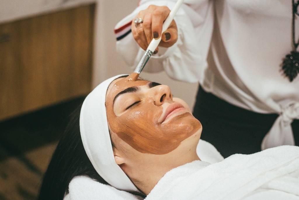 Kremy po zabiegach dermatologicznych – jakie zastosować?