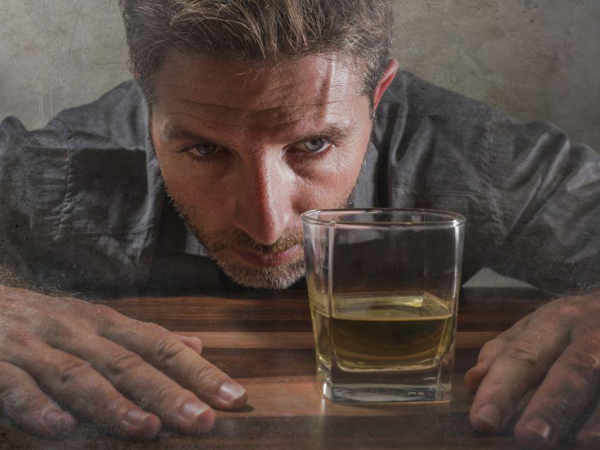 Zespół zależności alkoholowej (ZZA) – czym jest i jak go leczyć?